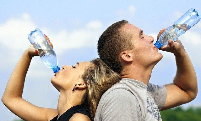 pití vody z lahve