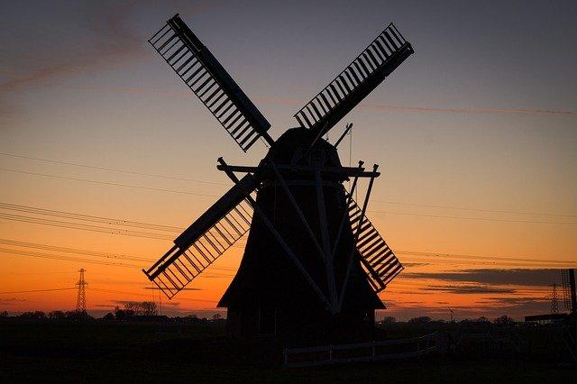 větrný mlýn při západu slunce
