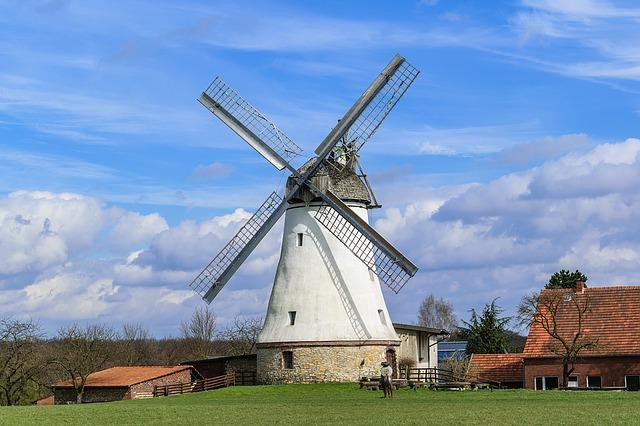 větrný mlýn s usedlostí