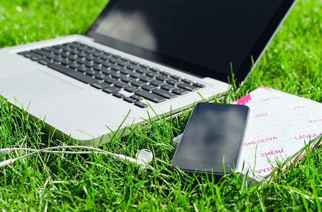 pc a mobil v trávě