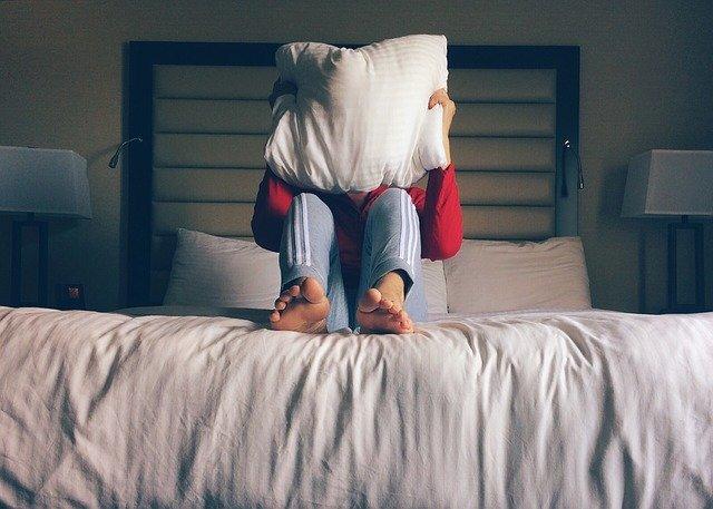 osoba na posteli