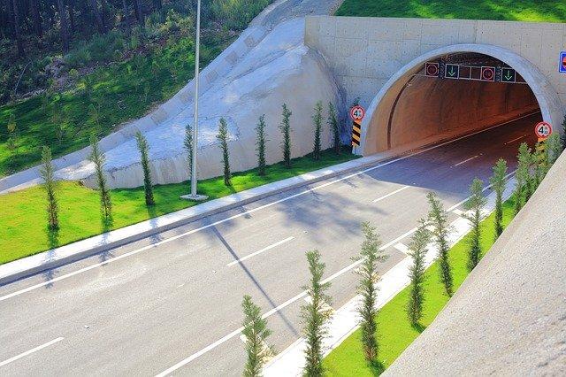 dálnice v tunelu