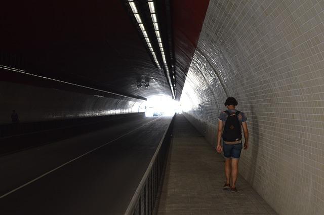 člověk v tunelu
