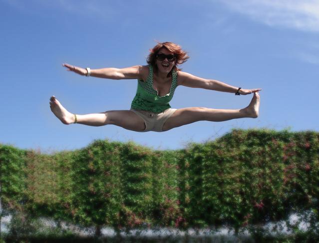 žena při výskoku na trampolíně.jpg