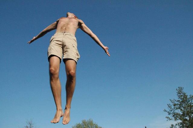 muž při výskoku z trampolíny.jpg