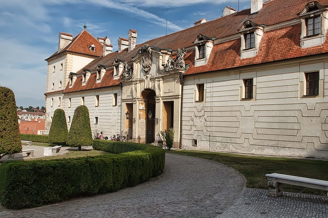 vchod do zámku ve Valticích