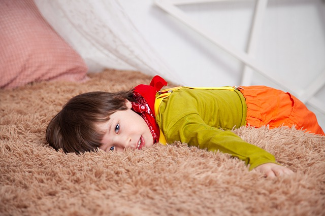 malý chlapec na pohovce.jpg