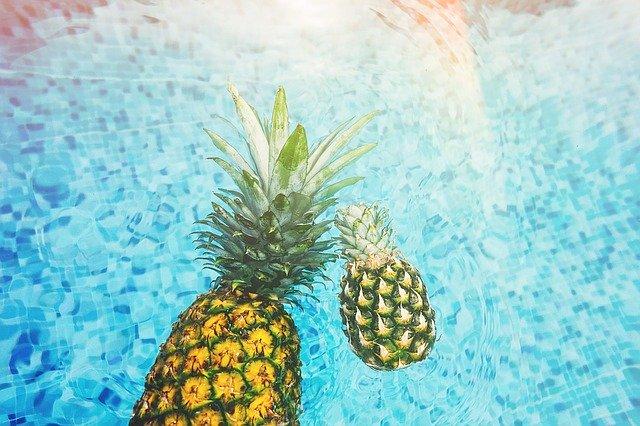 dva ananasy v bazénu