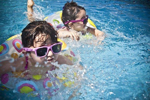 dvě děti v bazénu