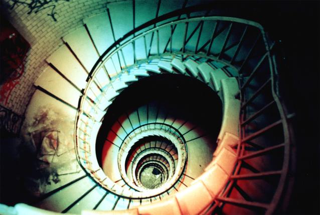 točité schodiště v bytovém domě.jpg