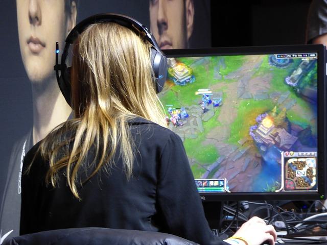 žena hrající PC hry