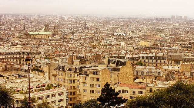 velké město, moc domů na jedné hromadě, panelové a vysoké objekty