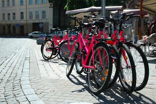 jízdní kola zaparkovaná na náměstí