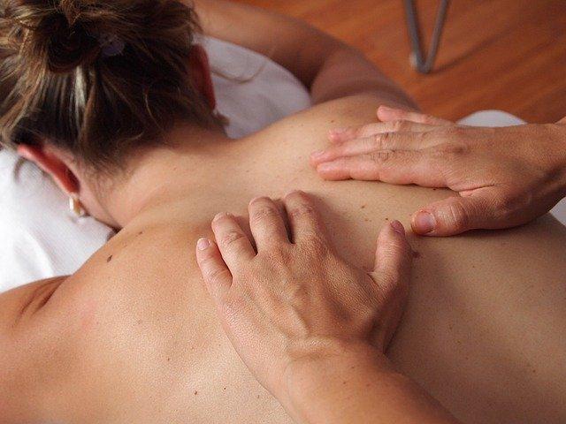 žena na masáži.jpg