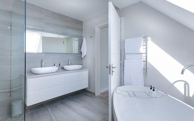 Koupelně vládne bílá i dřevo